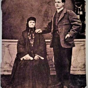 Майката на Левски Гина Кунчева, с най-големият си внук Начо Андреев Начев, 1876 г.