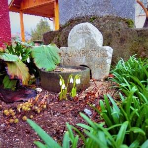 Гробът на знатен мъж в двора на храма, почетен като дедец на перущенската християнска общност