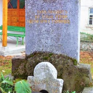 Паметникът до храма на героите, убити от тъмръшките башибозуци