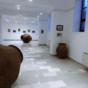 Изложбената зала в сутерена на училището