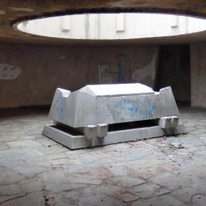 Паметникът - саркофагът