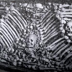 kosti-na-apriltci,-izlojeni-v-tscherkvata-prez-1936.jpg